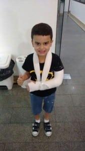 O pequeno Matheus só conseguiu ortopedista em Vila Velha. Foto: Divulgação