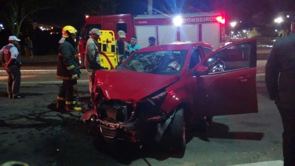 O acidente aconteceu por volta das 00h30 da madrugada de hoje. Diversas pessoas passaram pelo local e se assustaram com a cena. Foto: Wilson Salles.