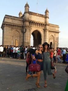 Márcia Barros com a filha e modelo Stella Barros visitando um dos cartões postais da Índia. Foto: Divulgação MB Models