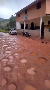 Em Todos os Santos a situação da rua do posto de saúde é crítica.