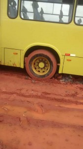 O ônibus ficou atolado na lama em Village do Sol. Foto: Néia Lima