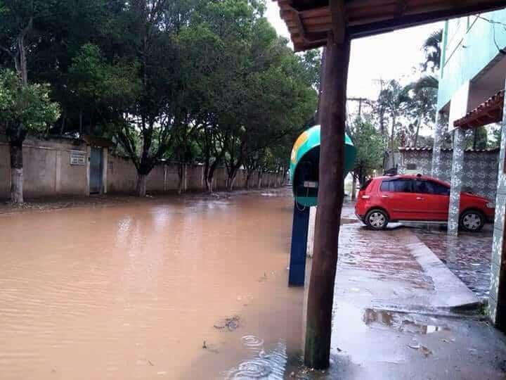 Na rua Esmeralda, em Setiba, moradores e comerciantes estão ilhados. foto: Jéssica Margon
