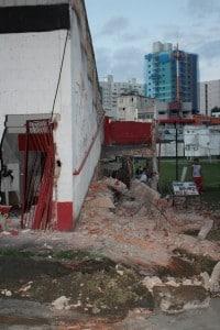 Parte das arquibancadas foi demolida. Foto: João Thomazelli/Portal 27
