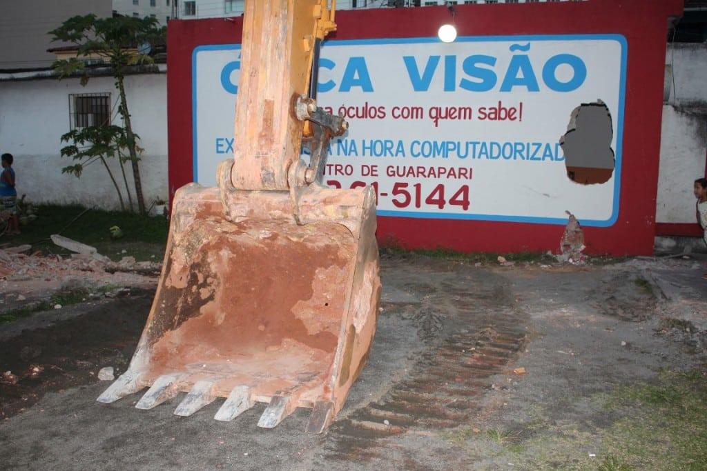A retroescavadeira fez um buraco na parede do restaurante. foto: João Thomazelli/Portal 27