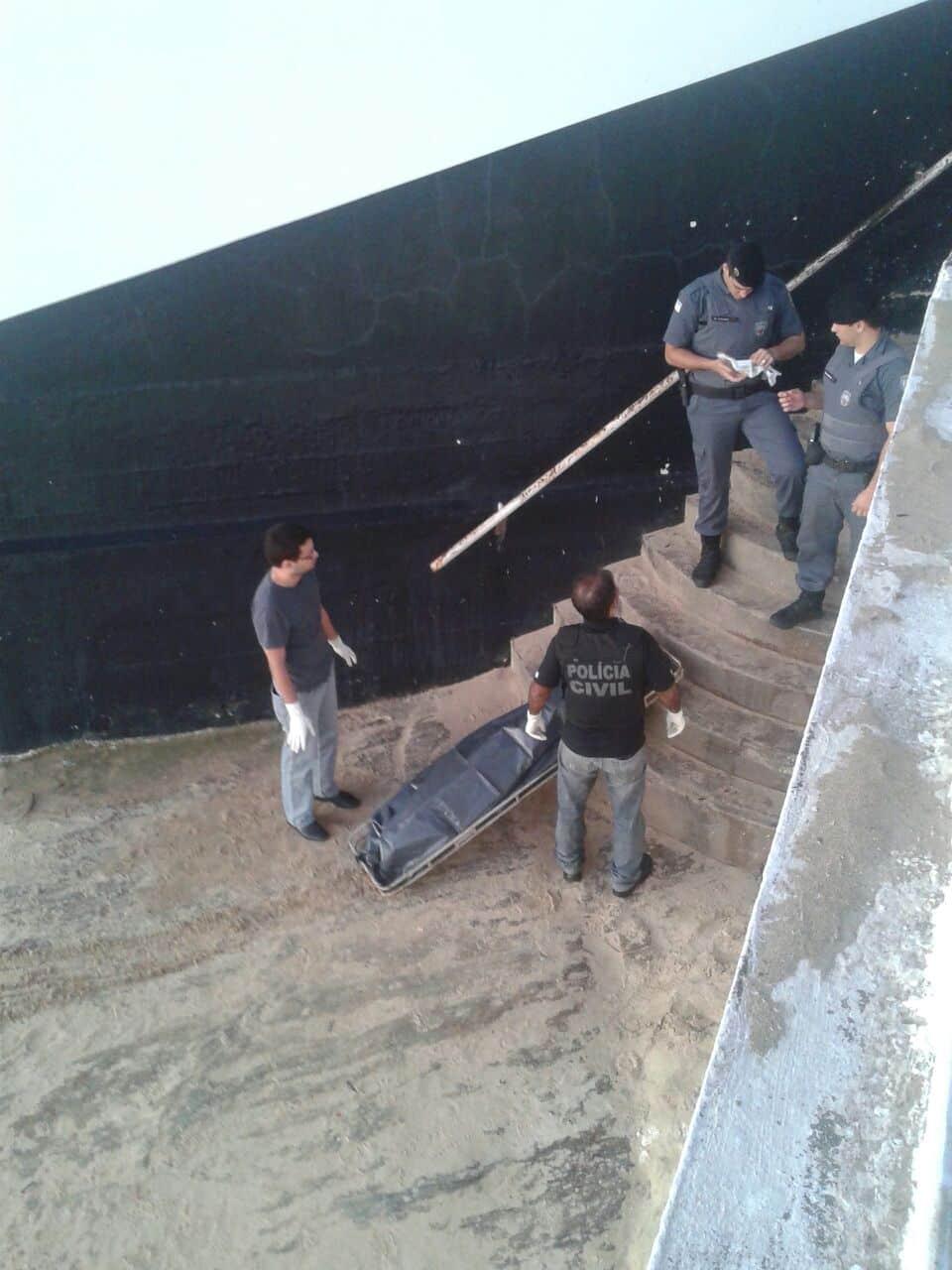 Policiais retiraram o corpo ao amanhecer.