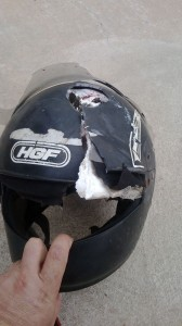 O capacete ficou destruído. Foto: Israel Oliveira