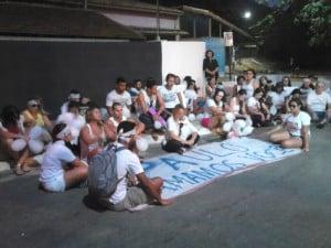 Os amigos se sentaram próximo ao local onde Paulo foi morto. Foto: João Thomazelli/Portal 27