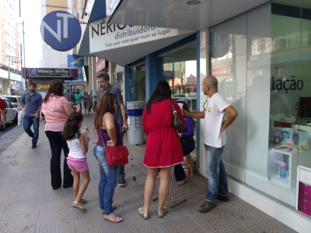 quem passava pela avenida fazia questão de assinar o pedido. Foto: João Thomazelli/Portal 27