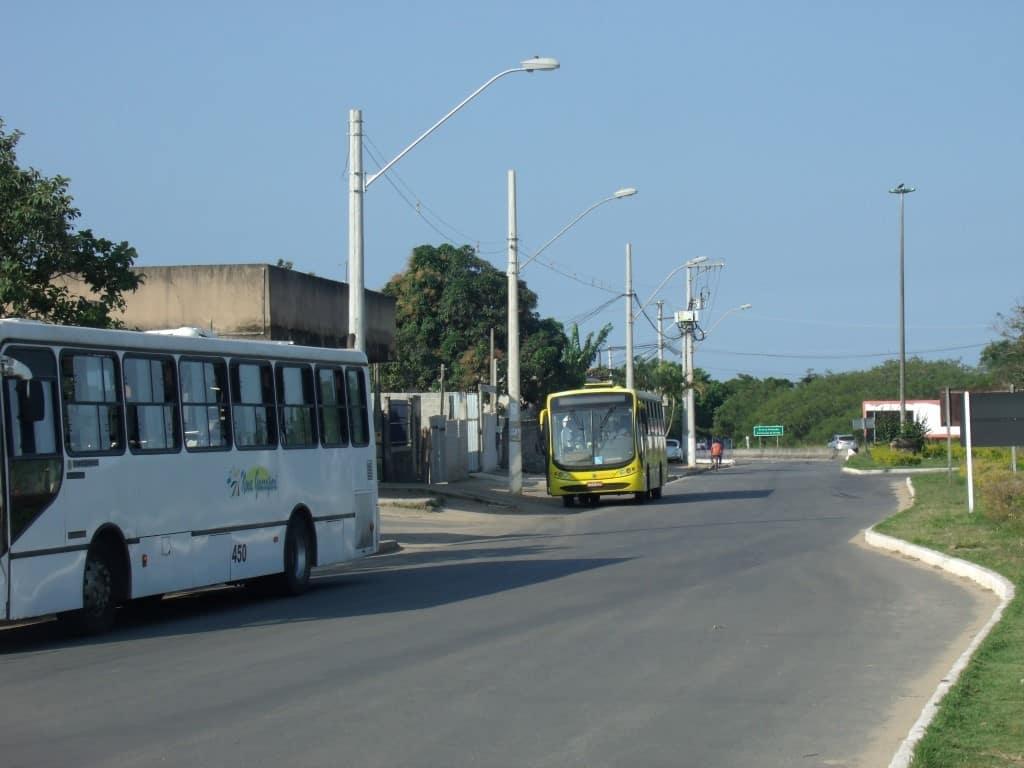 Ônibus no Trevo de Setiba. Eles ficam parados esperando o Transcol chegar e saem todos juntos. Foto: João Thomazelli/Portal 27