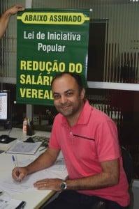 Vereador fez questão de assinar a petição. Foto: Gessika Avila / Portal 27