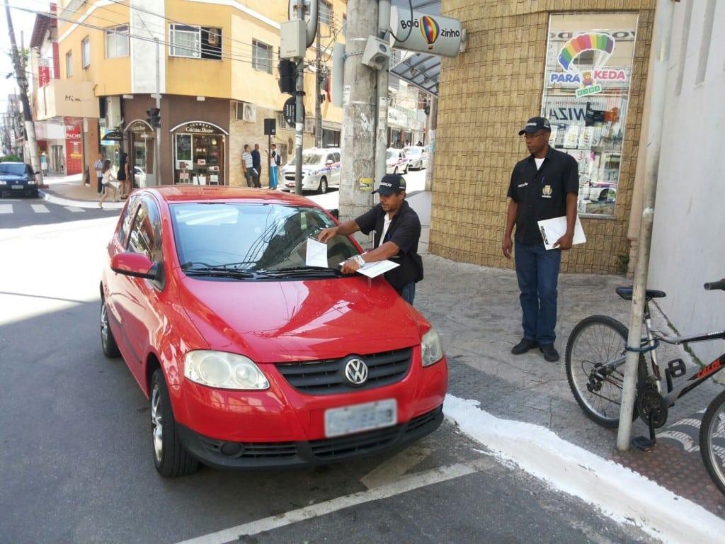 Os agentes municipais já estão orientando e notificando os motoristas pelas ruas da cidade. Foto: Divulagção