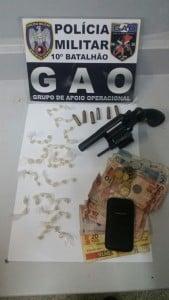 A arma e as drogas foram apreendidas pelo Grupo de Apoio Operacional (GAO). Foto: Divulgação