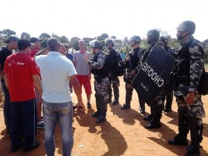 Policial explica como vai ocorrer a desocupação dos barracos. Foto: João Thomazelli/Portal 27