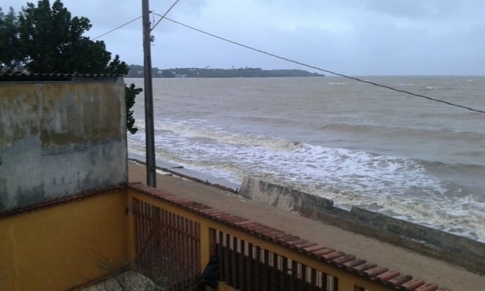 Mar avança sobre o muro. Foto: Denise Molina.
