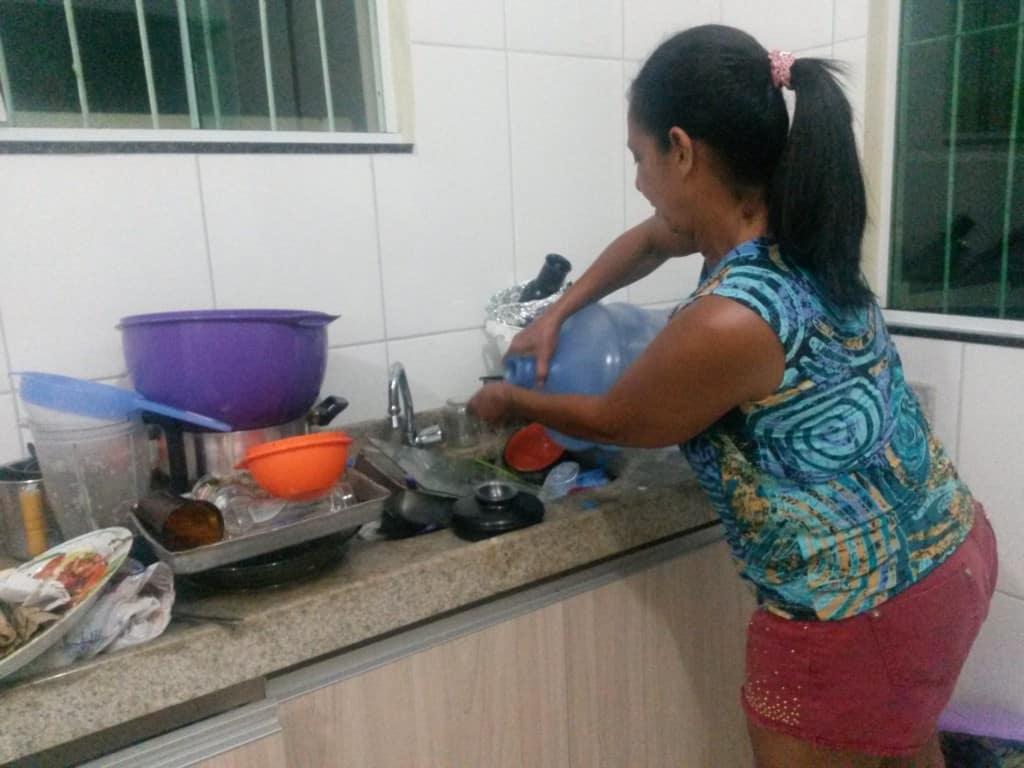 A única saída dos moradores e turistas que estavam na cidade, era comprando litros de água para limpar louças e lavar roupas.