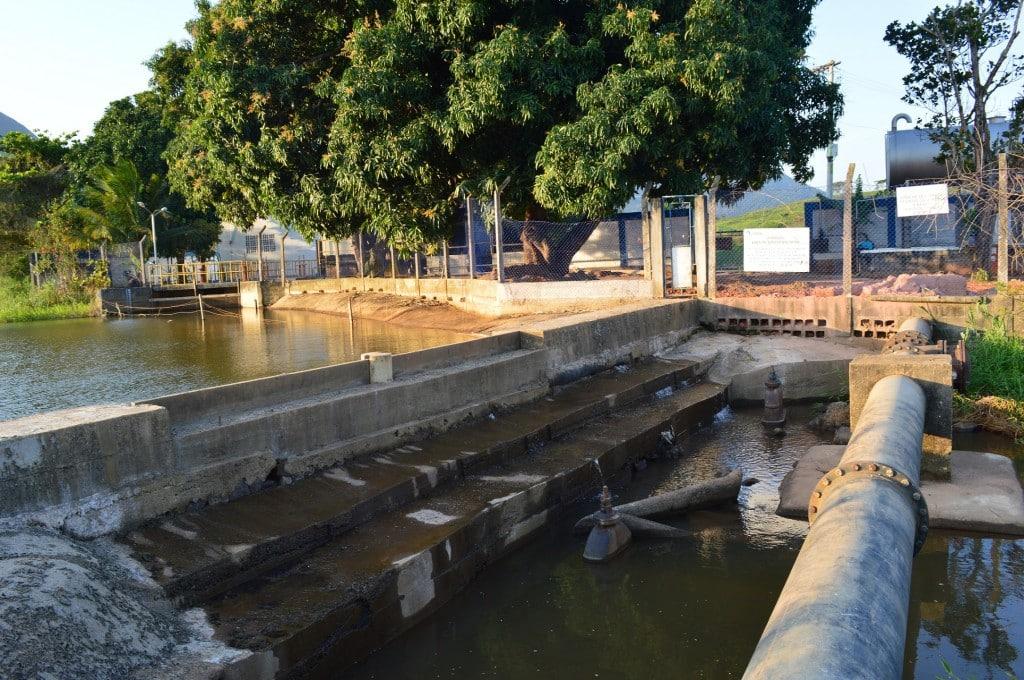 Durante a alta temporada, a Companhia Espírito Santense de Saneamento (Cesan) consegue captar até 700 litros com a ajuda do Rio Benevente de Anchieta.