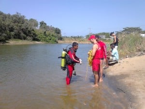 Uma equipe de mergulhadores do Corpo de Bombeiros foi ao local pára encontrar o crpo da vítima. Foto: João Thomazelli/Portal 27
