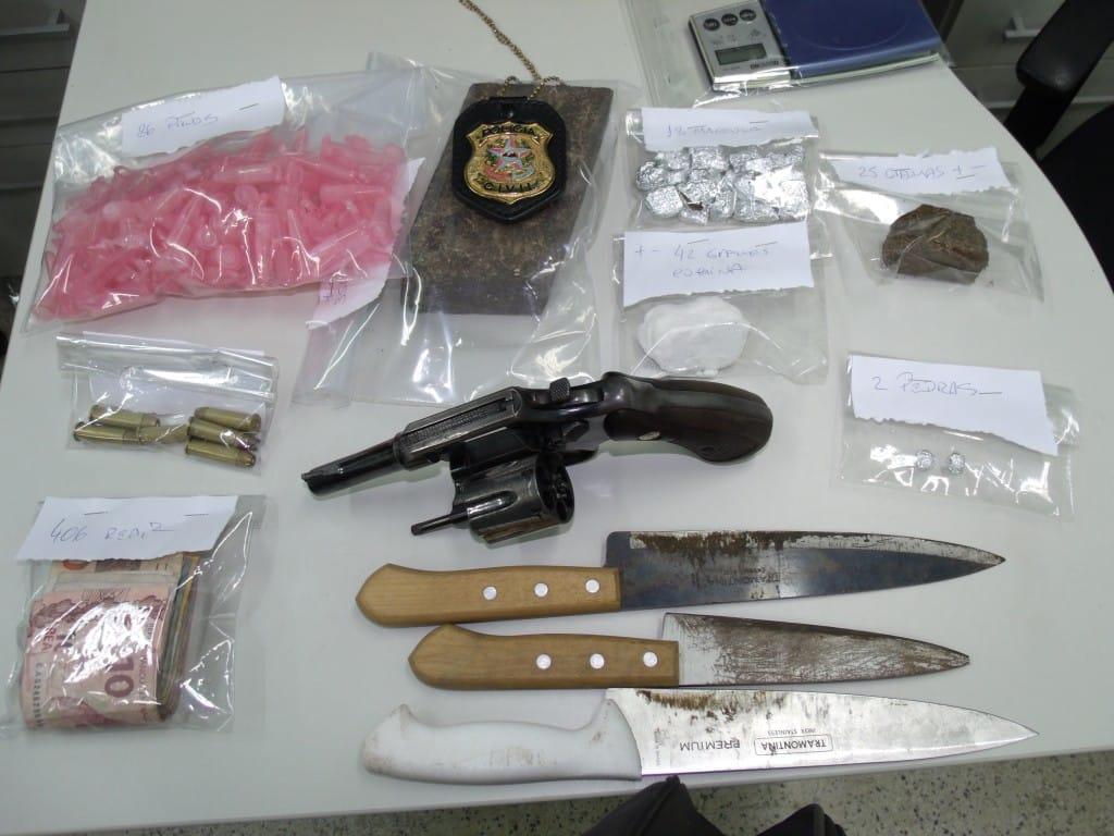 Um revólver e várias drogas foram apreendidas na ação policial. Foto: João Thomazelli/Portal 27