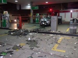 O motorista entrou acelerando o carro no posto e bateu em um balcão de mármore. foto: João Thomazelli/Portal 27