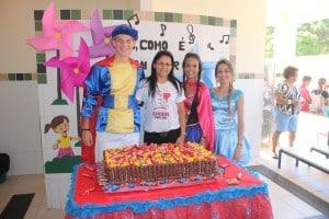 Joseani Stein com o príncipe e as princesas da festa. Foto: João Thomazelli/Portal 27