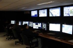 Agentes de trânsito vão multar com base nas imagens capturadas pelas mais de sessenta câmeras espalhadas pela cidade.