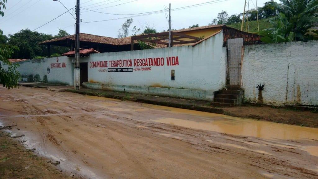 No local, que fica no Bairro Lameirão, funciona uma clínica para dependentes químicos.
