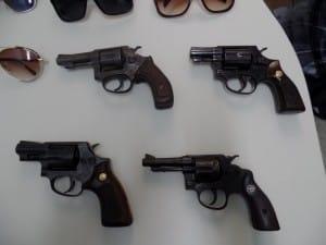 Os quatro revólveres foram usados pelos bandidos para render o grupo de amigos. Foto: João Thomazelli/Portal 27