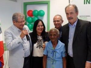Dona Maria foi homenageada na visita do ministro da educação à Guarapari. Foto; João Thomazelli/Portal 27