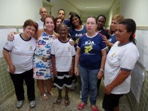 Dona maria com a professora Solange os colegas de turma. Foto: João Thomazelli/Portal 27