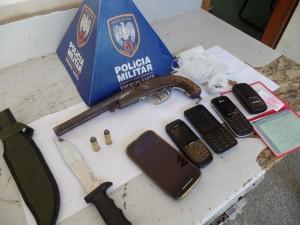 Uma garrucha calibre .44 e quatro buchas de maconha foram apreendidas. foto: João Thomazelli/Portal 27