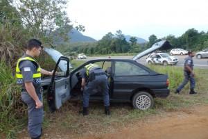 Os assaltantes bateram com o carro de fuga em um barranco. Foto: João Thomazelli/Portal 27