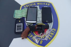 Dois celulares e o simulacro de revolver foram recuperados pelos policiais militares. Foto: João Thomazelli/Portal 27
