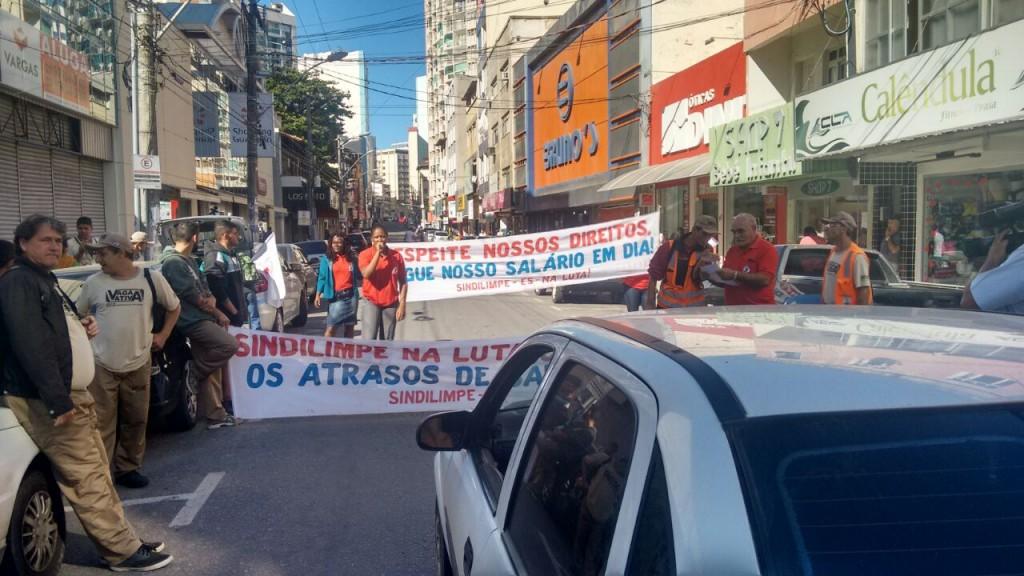 Funcionários fizeram manifestação depois de saber da demissão na manhã de hoje. Foto: Roberta Bourguignon