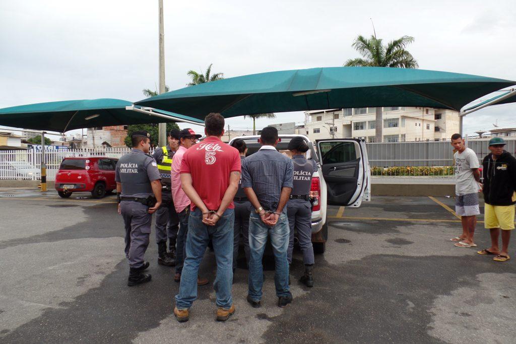 Os detidos estavam no estacionamento de um supermercado quando foram surpreendidos pela polícia. Foto: João Thomazelli/Portal27