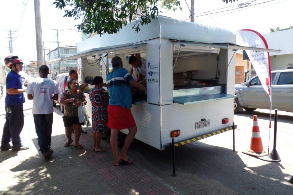 As trocas de lâmpadas estão sendo feitas na frente da EDP, em Muquiçaba. Foto: João Thomazelli/Portal 27