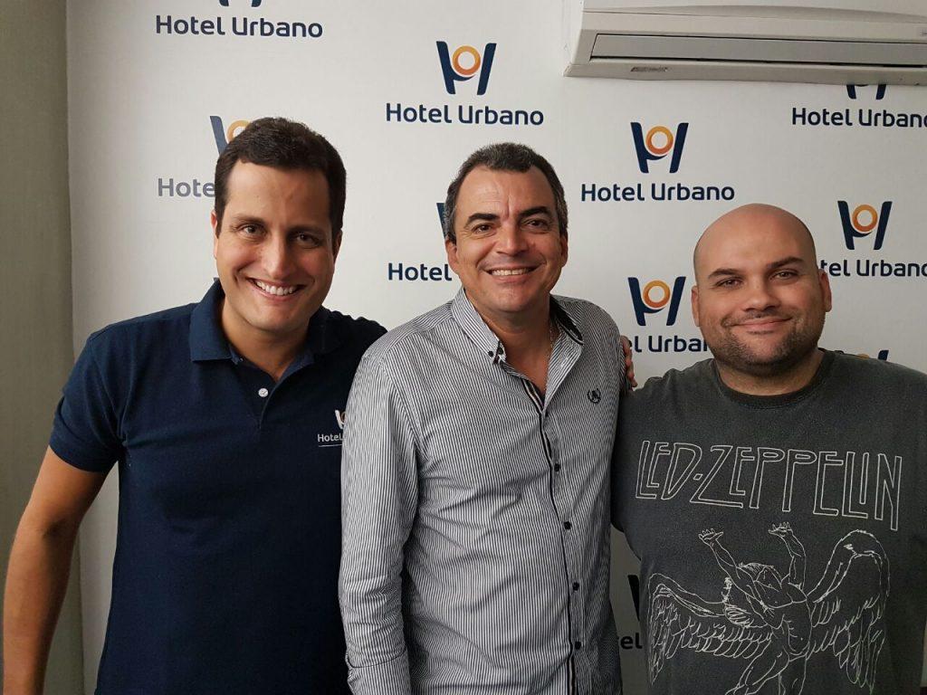 Gustavo Guimarães (c) com José Eduardo Mendes (e) e Antônio Gomes (d), diretores do Hotel Urbano. Divulgação