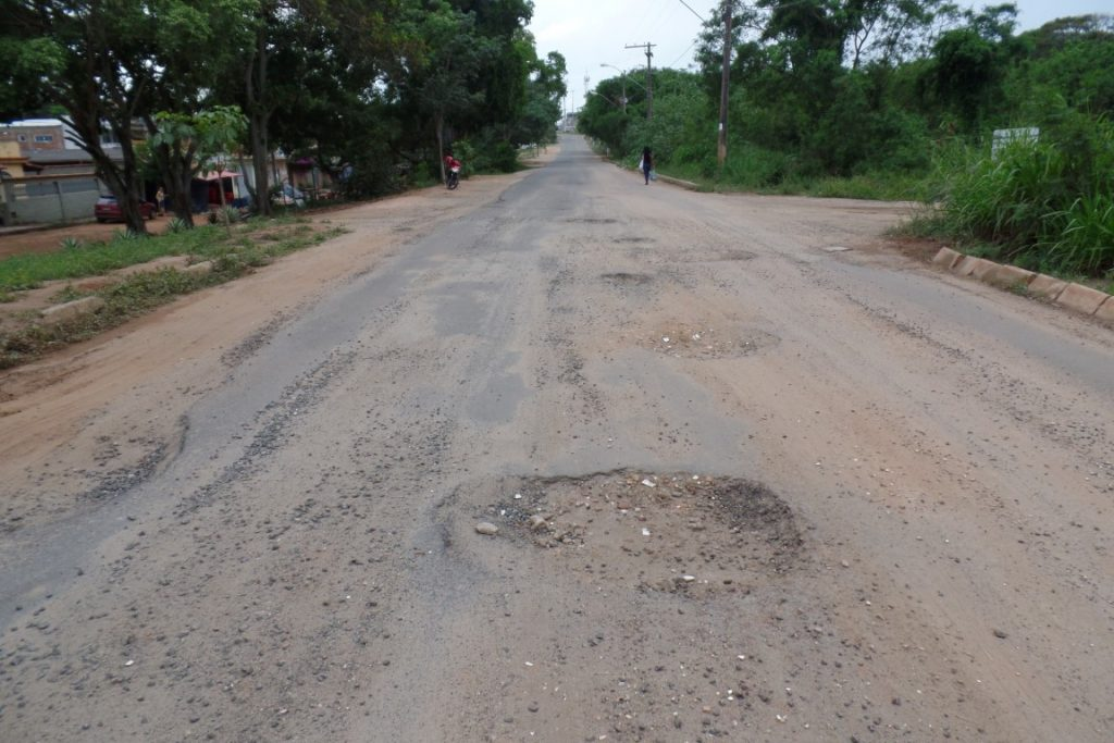 A avenida está tomada de buracos e trazendo riscos aos motoristas e pedestres. Foto: João Thomazelli/Portal 27
