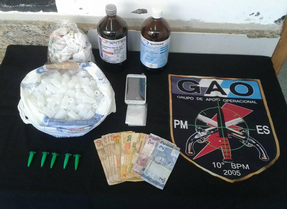 No sábado de tarde o GAO apreendeu dois frascos grandes de loló e cinco pinos de cocaína. Foto: divlgação