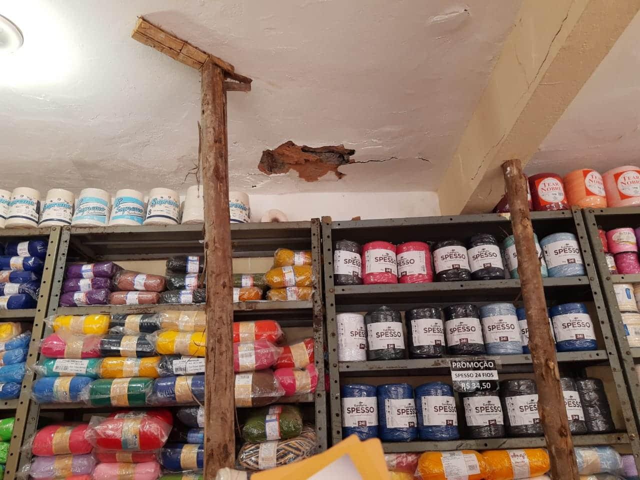 """""""Começaram a quebrar a loja, trincou a parede, começou a cair o teto da loja com funcionários e clientes dentro"""", afima comerciante."""